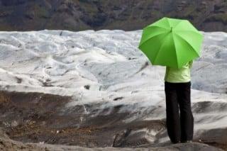 登山の雨対策には傘も有効
