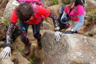岩肌や転倒などによるケガ防止のため